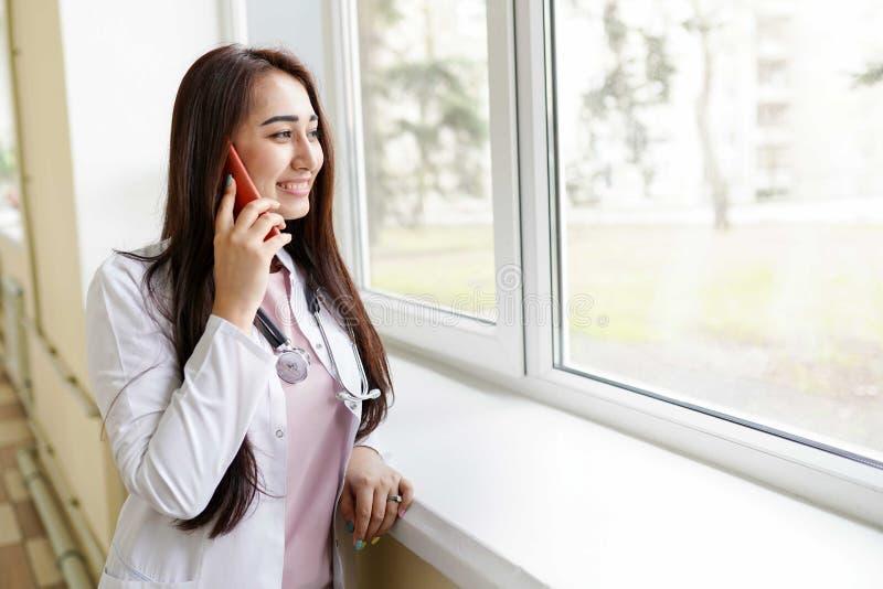 Kobiety lekarka z telefonem kom obrazy royalty free