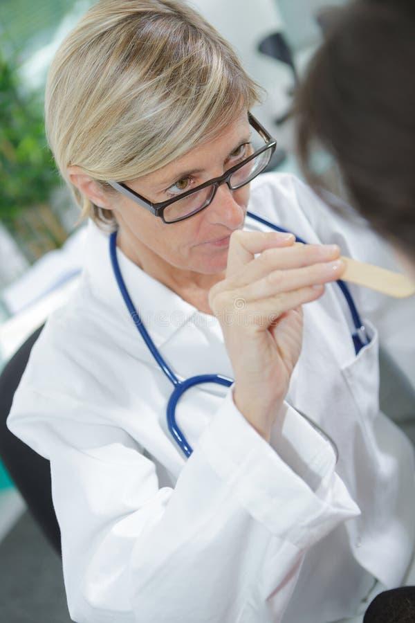 Kobiety lekarki czeki up żartują gardło przy szpitalem fotografia royalty free