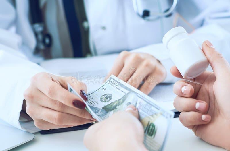 Kobiety lekarki ręki dają słojowi pigułki cierpliwa ręka i otrzymywają pieniądze zbliżenie w zamian zdjęcia stock