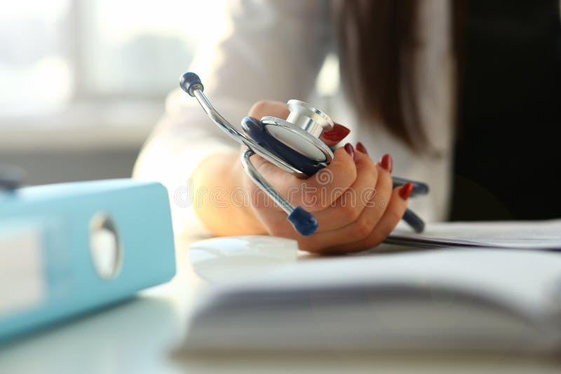 Kobiety lekarki r?ki chwyta fonendoskop w medycznym obrazy royalty free