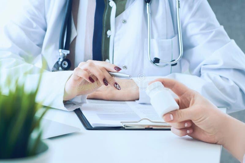 Kobiety lekarki r?ki daj? s?ojowi pigu?ki cierpliwy r?ki zbli?enie obrazy royalty free