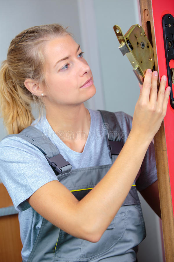 Kobiety locksmith robi naprawie obraz stock