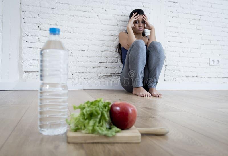Kobiety lub nastolatka dziewczyny obsiadanie na zmielonym samotnie martwiącym się w domu cierpiący odżywiania zaburzenia odżywani obraz royalty free