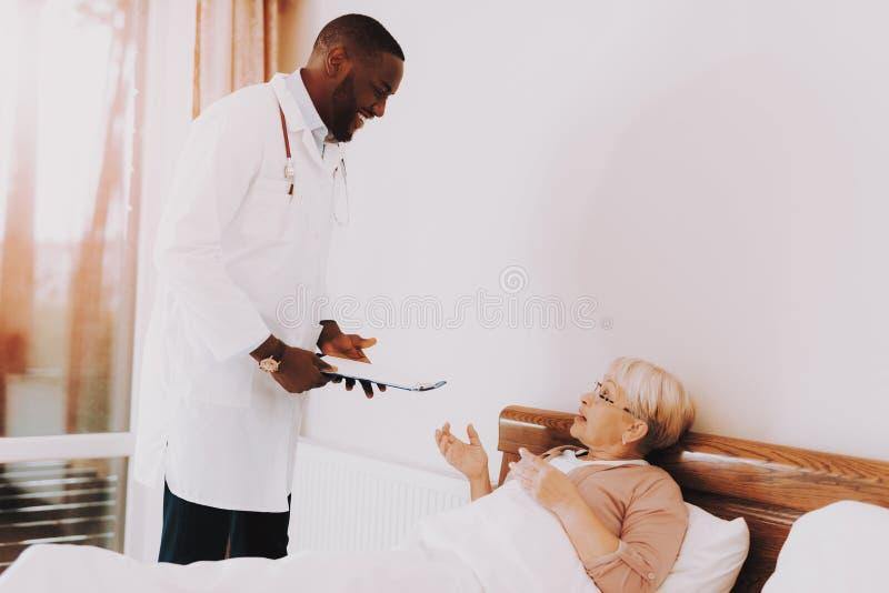 Kobiety Mówją o jej warunku doktor się uśmiecha zdjęcie stock