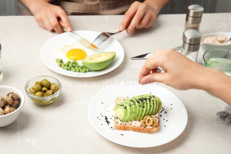 Kobiety ma śniadanie z avocado zdjęcie royalty free
