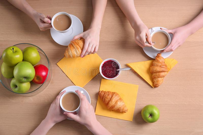 Kobiety ma smakowitego śniadanie z świeżymi croissants obrazy royalty free