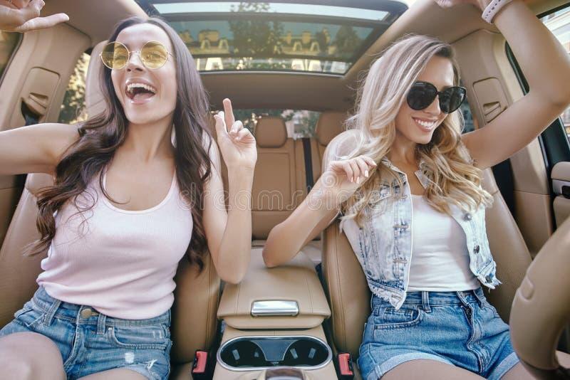 Kobiety ma zabawę w samochodzie obrazy royalty free