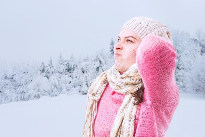 Kobiety macania plecy szyja jako migreny pojęcie obraz royalty free