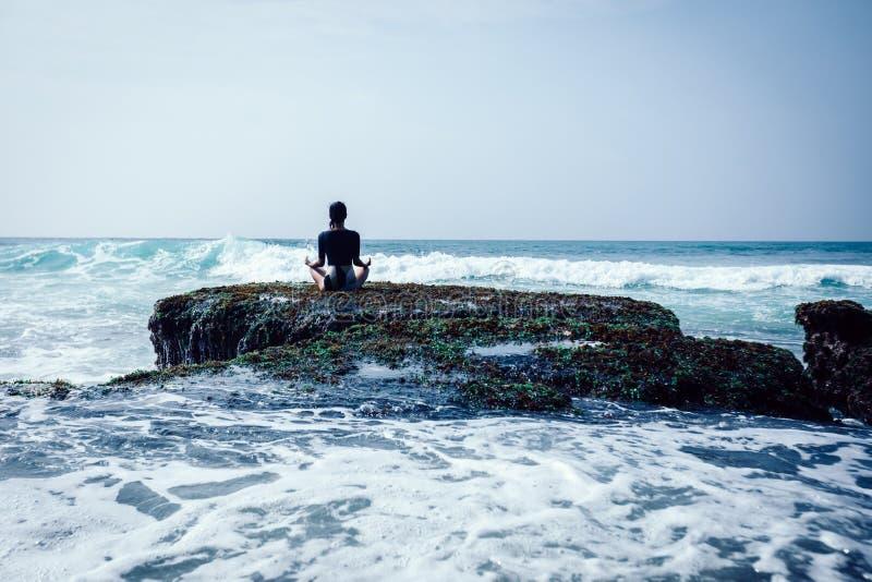 Kobiety medytacja przy nadmorski falezy croal krawędzią zdjęcia royalty free