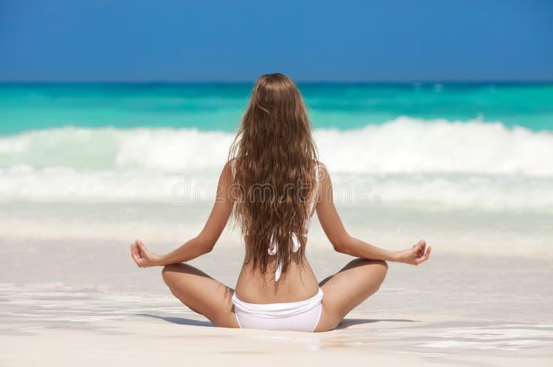 Kobiety medytacja Przy Tropikalną plażą obrazy stock