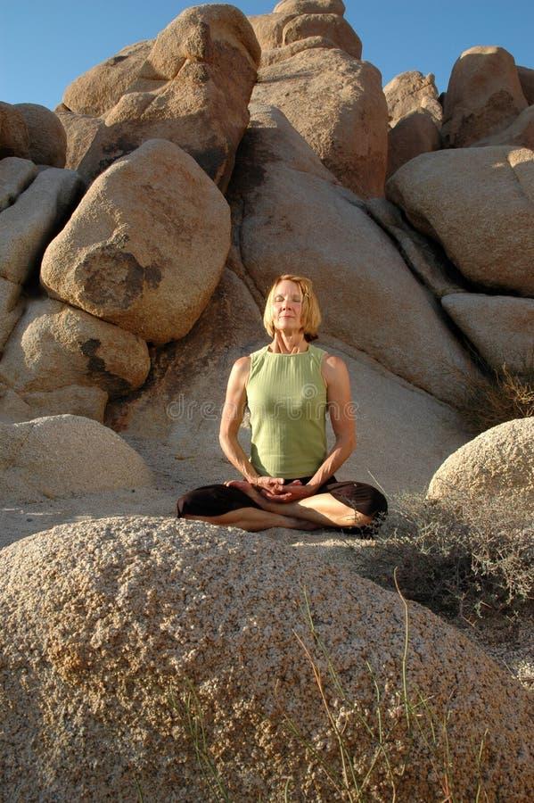 kobiety medytacji starszy jogi obraz stock