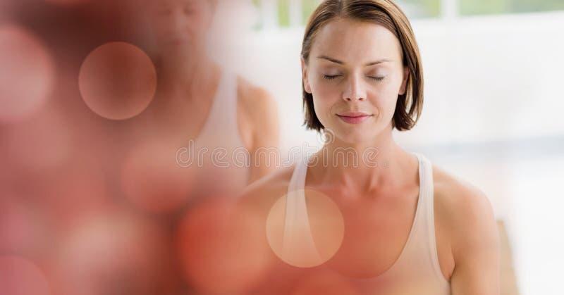 Kobiety medytuje w joga studiu obraz royalty free