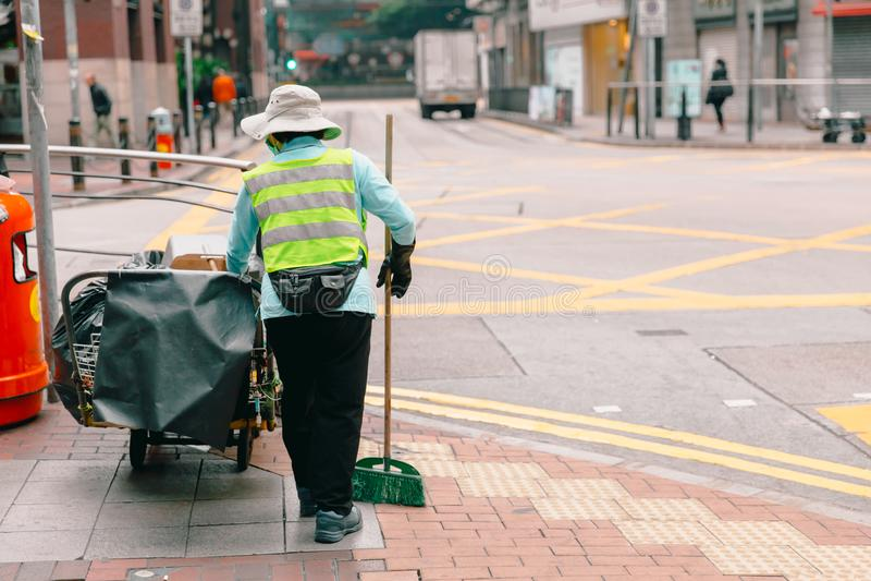 Kobiety miasta ulicznego cleaner pracujący cleaning zdjęcia stock