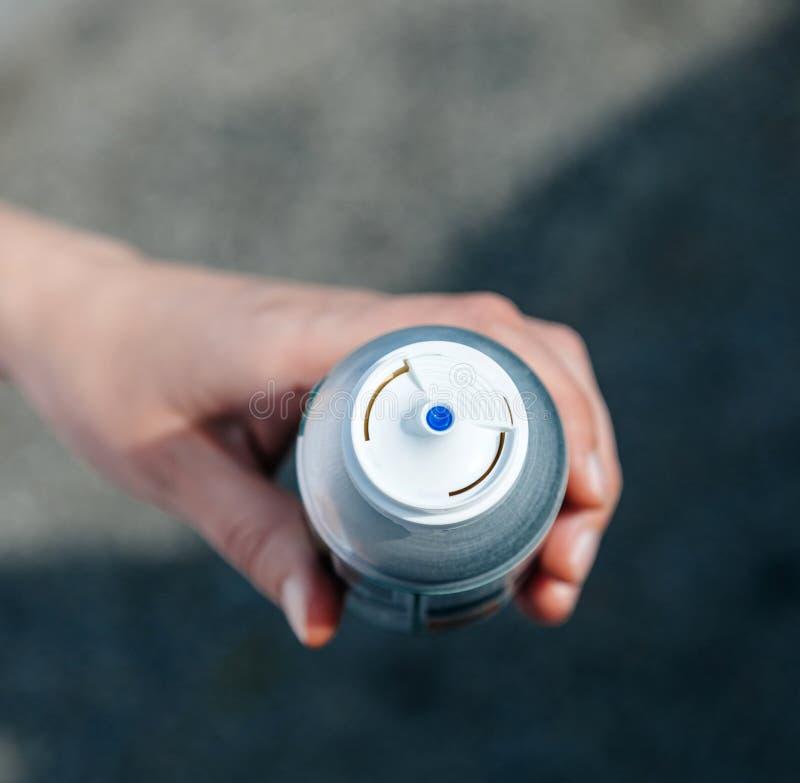 Kobiety mienia aerosolowa butelka z konserwować ściśniętym powietrzem zdjęcia royalty free
