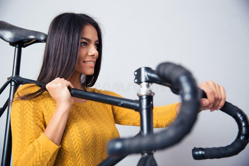Kobiety mienia bicykl na ramieniu obraz stock