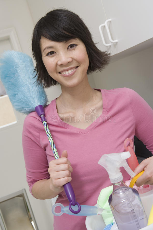Kobiety mienia Cleaning Equipments obrazy stock