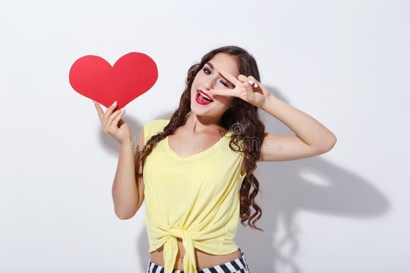 Kobiety mienia czerwieni papieru serce zdjęcie royalty free