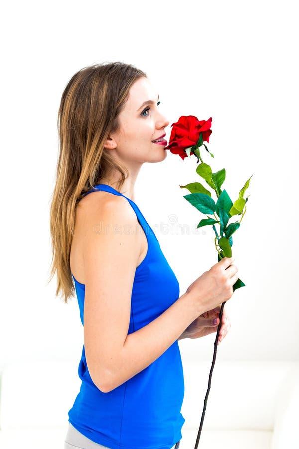 Kobiety mienia czerwieni róża obrazy stock