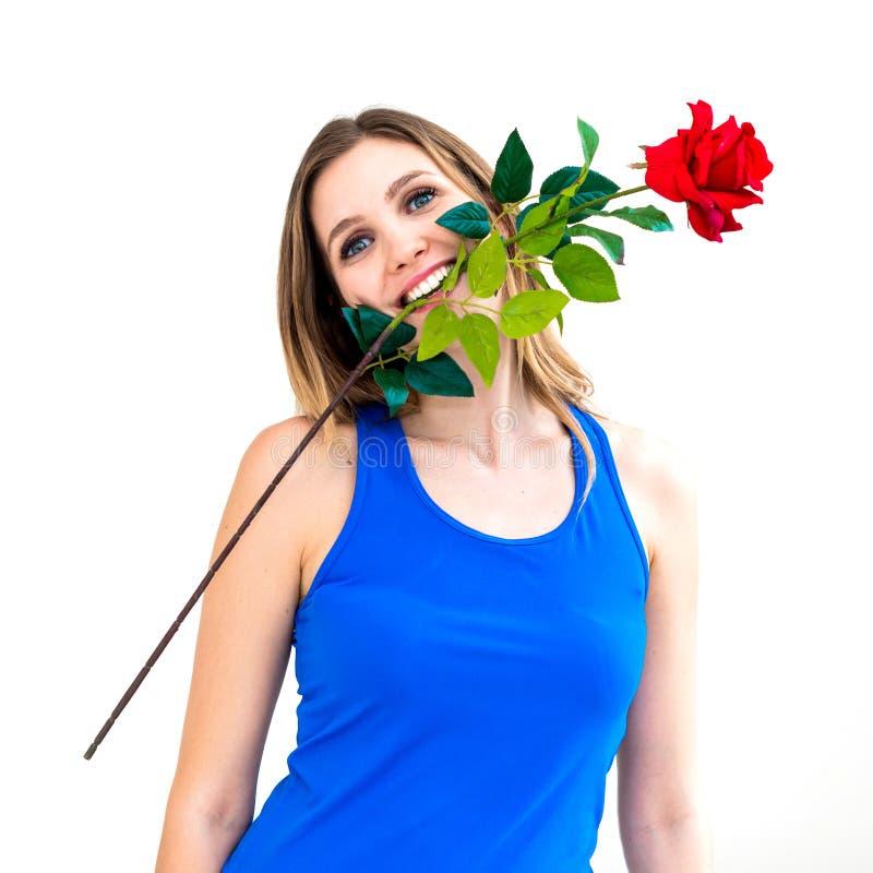 Kobiety mienia czerwieni róża w jej usta fotografia royalty free