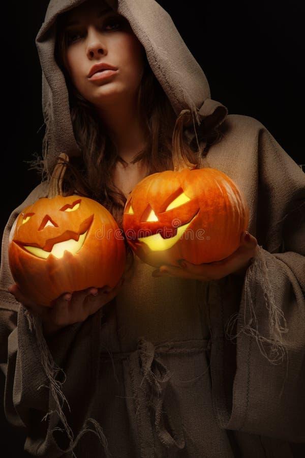 Kobiety mienia Halloween banie zdjęcia stock