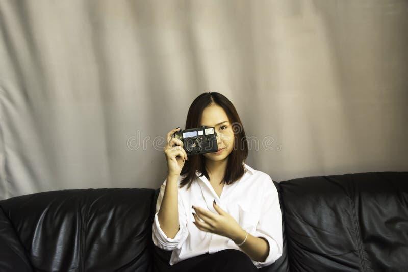 Kobiety mienia kamera fotografia royalty free