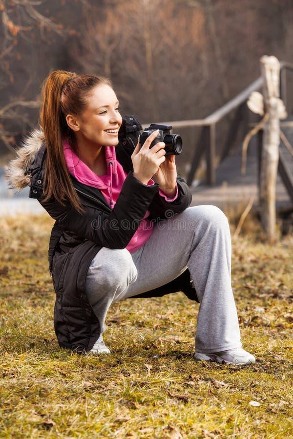 Kobiety mienia kamera i brać outside fotografia fotografia royalty free
