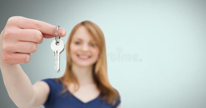 Kobiety mienia klucz przed winietą obraz stock
