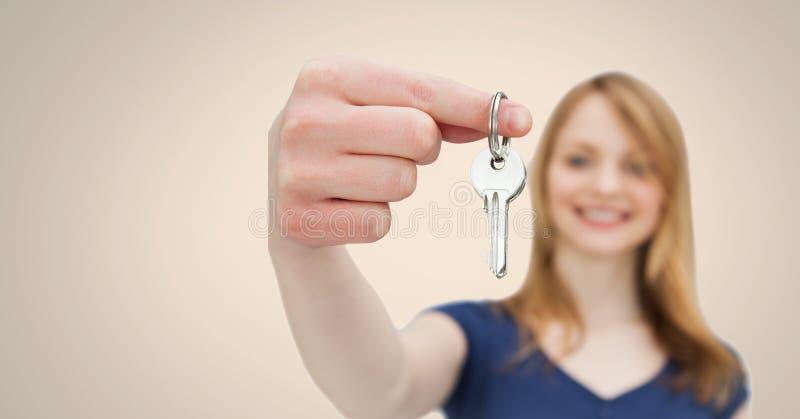 Kobiety mienia klucz przed winietą obraz royalty free