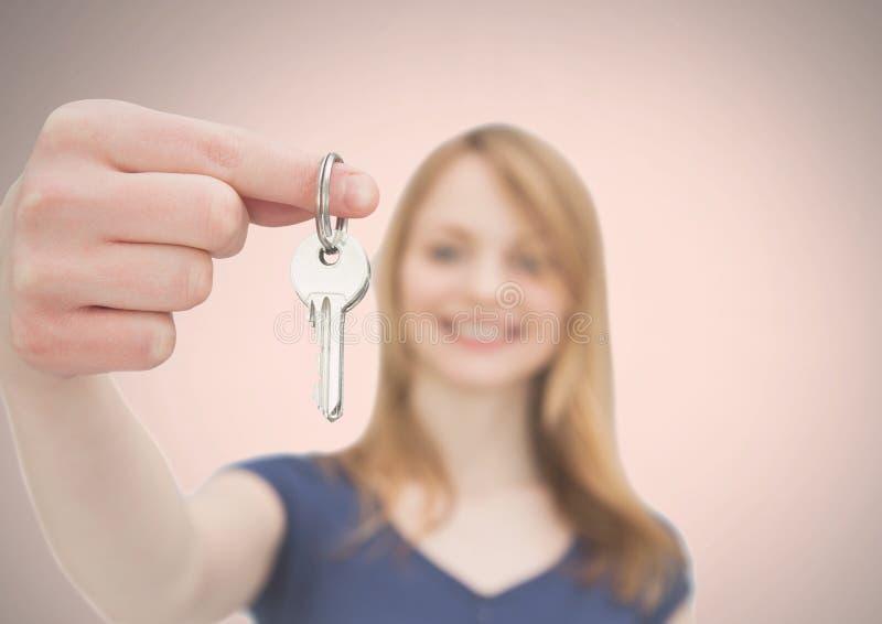 Kobiety mienia klucz przed winietą zdjęcia stock