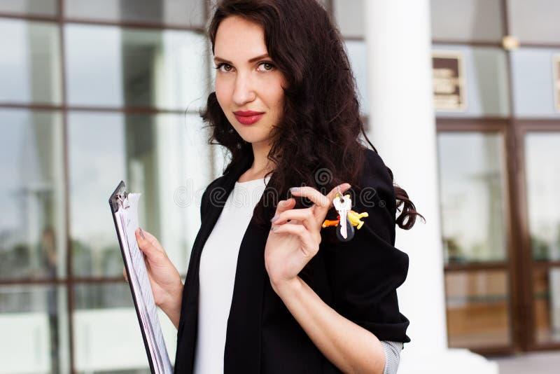 Kobiety mienia klucze z budynkiem w tle zdjęcia royalty free