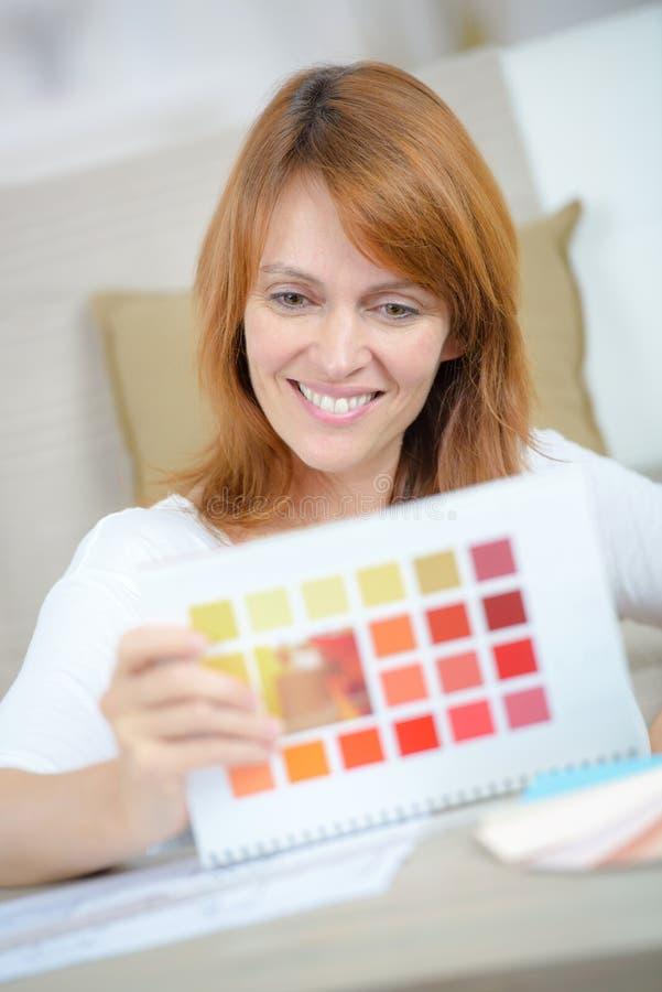 Kobiety mienia koloru uśmiechnięta strona zdjęcie royalty free