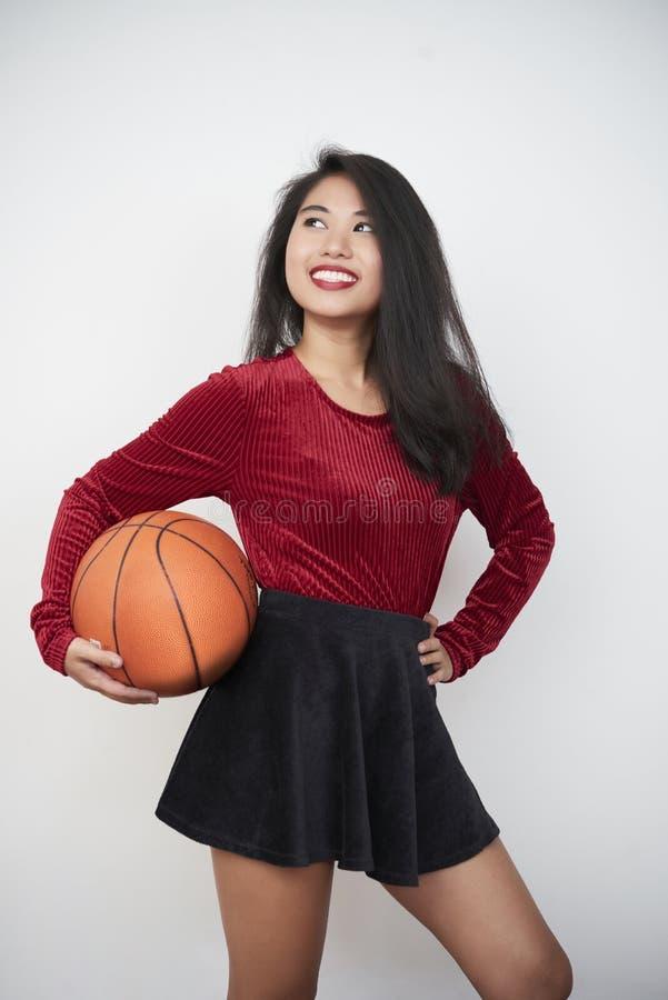 Kobiety mienia koszykówki piłka zdjęcie stock