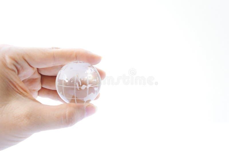 Kobiety mienia kryształu ziemi piłka na białym tle zdjęcie royalty free