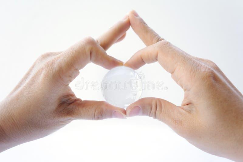 Kobiety mienia kryształu ziemi piłka na białym tle obraz royalty free