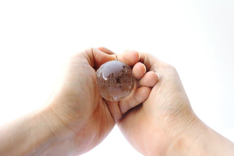 Kobiety mienia kryształu ziemi piłka na bielu fotografia royalty free