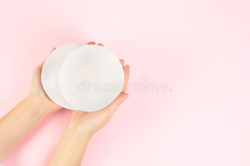 Kobiety mienia krzemu wszczepy dla piersi augmentacji na koloru tle, odgórny widok z przestrzenią dla teksta zdjęcia stock