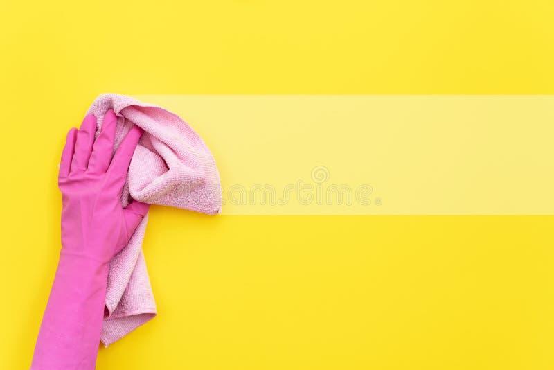 Kobiety mienia miękkiej części czyści różowy ręcznik w jej ręce zdjęcie stock