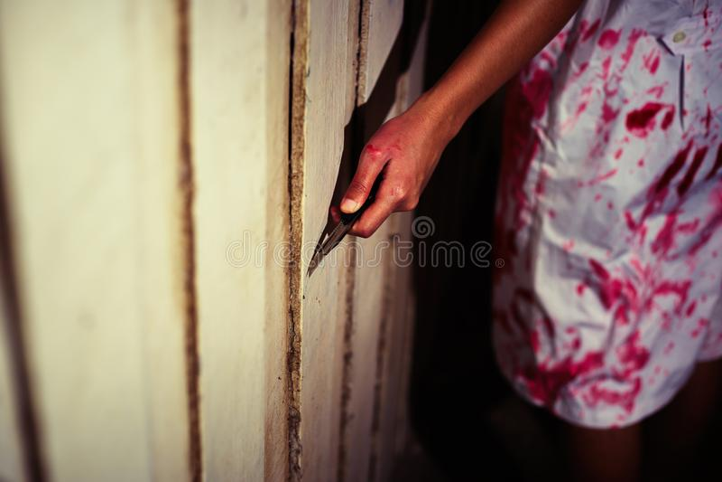 Kobiety mienia nóż z krwią, Halloween pojęcie fotografia stock