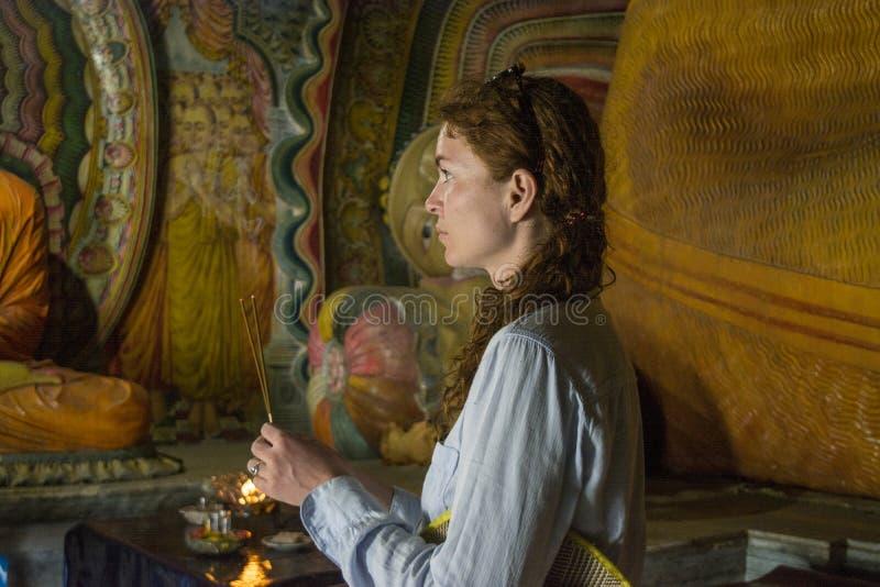 Kobiety mienia palenia kije kadzidło przy antyczną buddyjską świątynią obrazy royalty free