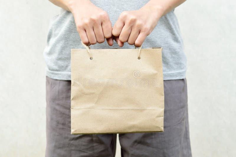Kobiety mienia papierowej torby pusty brown pakunek obrazy royalty free