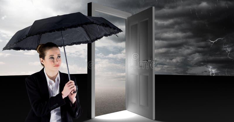 Kobiety mienia parasol i surrealistyczny otwarte drzwi z popielatym chmurnym niebem ilustracji