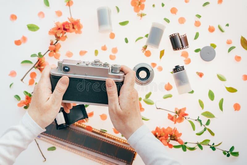 Kobiety mienia rocznika kamera nad wiosny kwiecist? dekoracj? fotografia stock