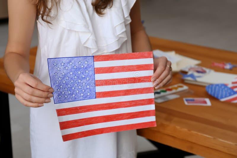 Kobiety mienia rysunek Amerykańska flaga państowowa, zbliżenie obraz royalty free