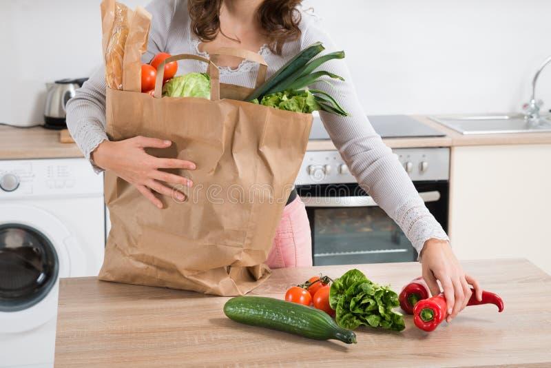 Kobiety mienia sklepu spożywczego torba fotografia stock