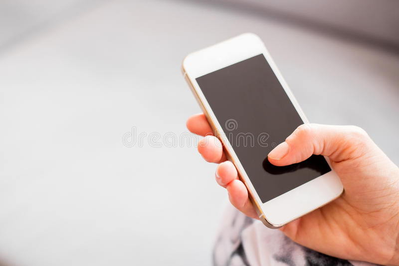 Kobiety mienia smartphone obraz stock
