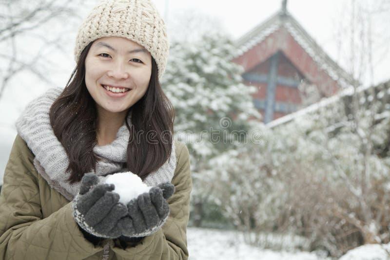 Kobiety mienia snowball outside w parku obraz royalty free