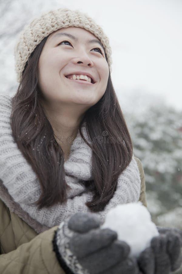 Kobiety mienia snowball outside w parku zdjęcia royalty free