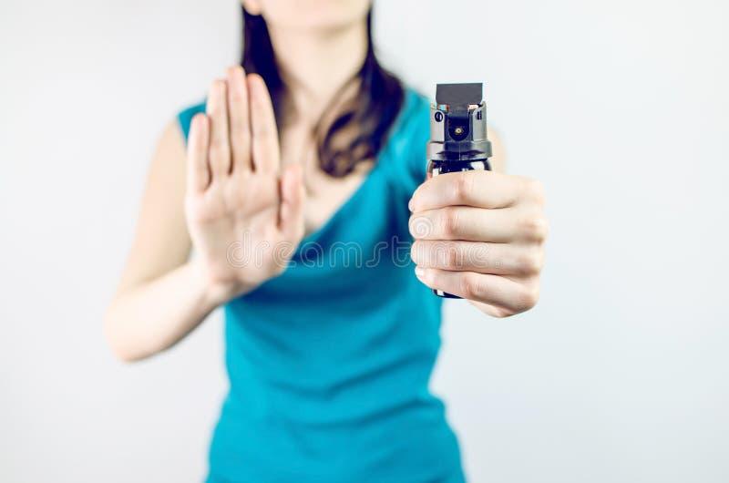 Kobiety mienia spray pieprzowy zdjęcia stock
