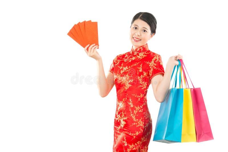 Kobiety mienia torba na zakupy i angpao zdjęcia stock