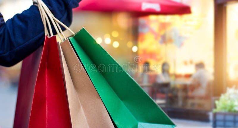 Kobiety mienia torba na zakupy w ręce na centrum handlowego tle zdjęcie royalty free